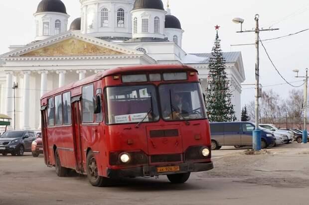 Зимой 2018-го он был весел и жизнерадостен, и напоминал своим глянцевым видом ёлочную игрушку Арзамас, ЛиАЗ 677, автобус, автомир, лиаз, общественный транспорт, ретро техника