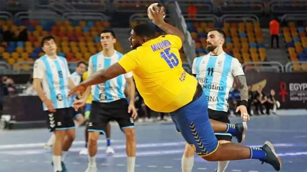Гигантский гандболист из Африки стал звездой чемпионата мира. Его заметил даже Шакил О'Нил
