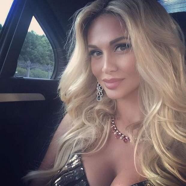 «Месяц без Баскова»: 34-летняя Виктория Лопырёва приняла образ сексуальной школьницы