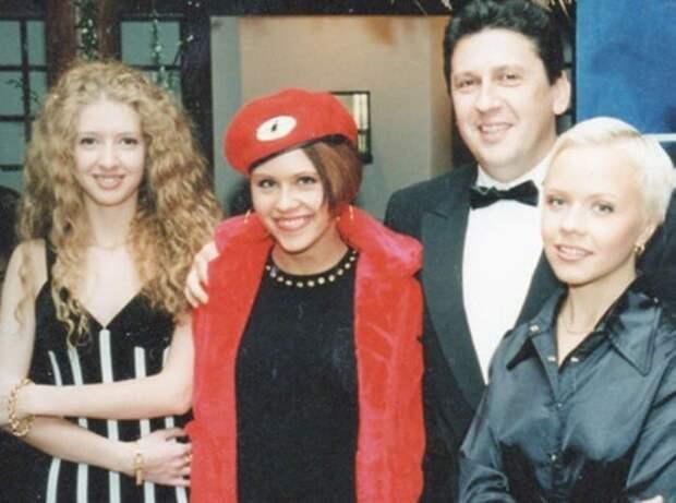 Алексей Макаревич с участницами группы *Лицей* | Фото: showbiz.clutch.ua