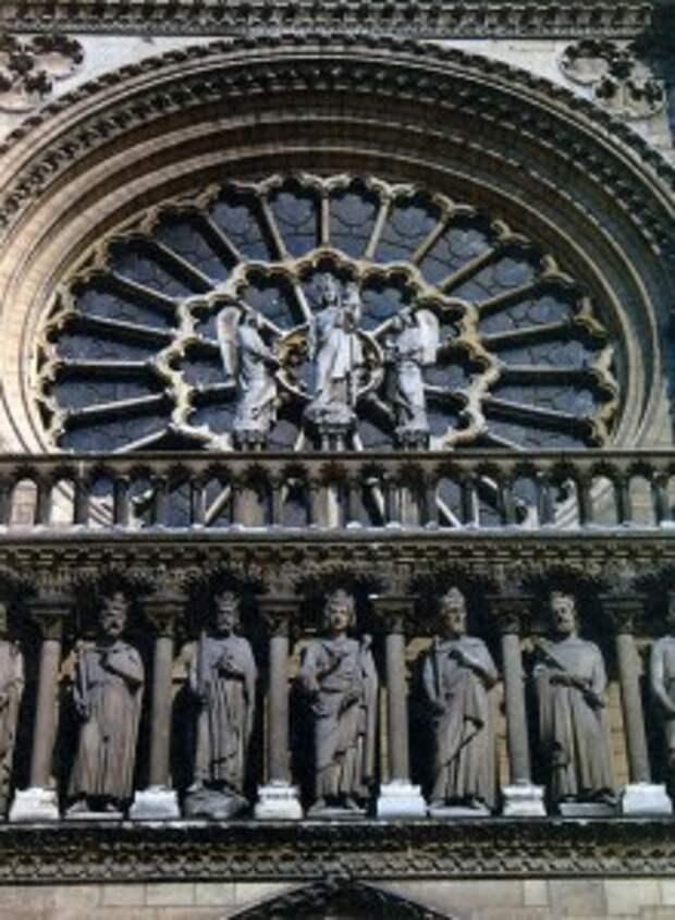 Витраж-розетка на портале собора Парижской Богоматери
