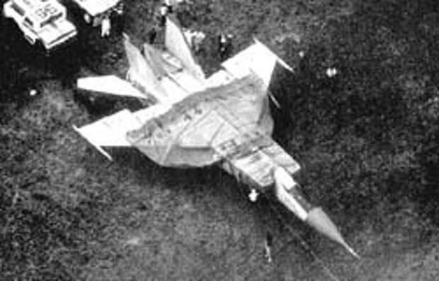 Вид с воздуха. Фонарь кабины тоже заклеен бумагой. Трос уже прицеплен к тягачу.