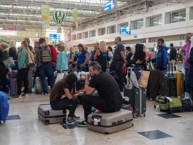 Когда страна опять не вывозит. Петербуржцы не могут вернуться домой из-за отмены авиасообщения с Турцией