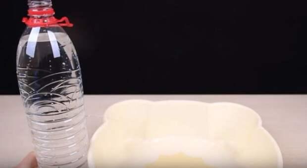Делаем дырку в бутылке под воду. /Фото: youtube.com.