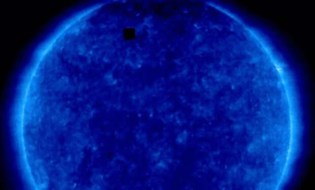 На фоне Солнца в космосе увидели черный квадрат: его размеры в два раза больше Земли
