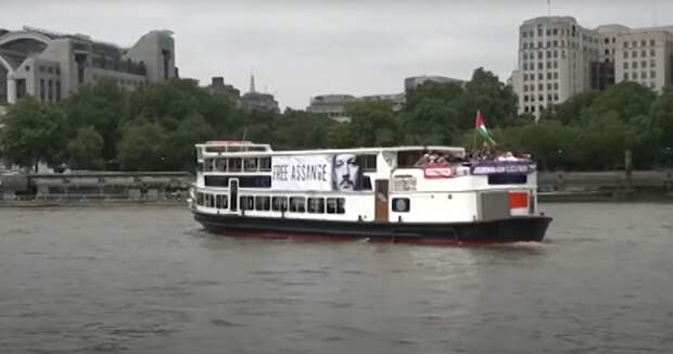Джулиану Ассанжу, теплоходу и человеку: в Лондоне гигантский портрет основателя WikiLeaks на разместили прогулочном судне