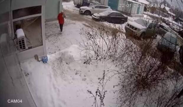 ВБелгороде женщина вкрасной куртке украла ведро-пепельницу