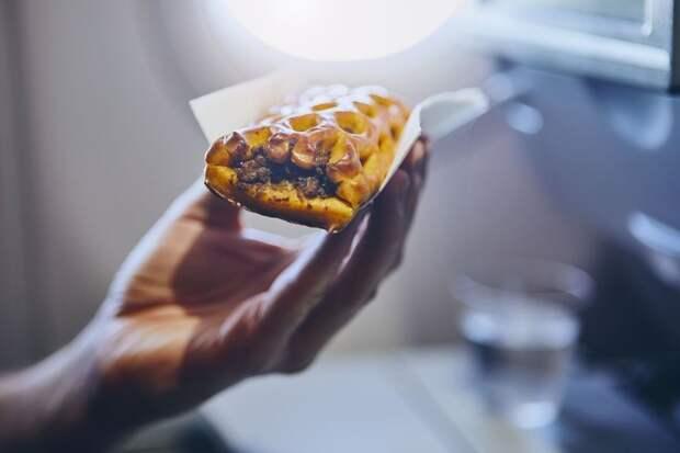 В самолете сухой воздух, поэтому блюда кажутся более пресными.