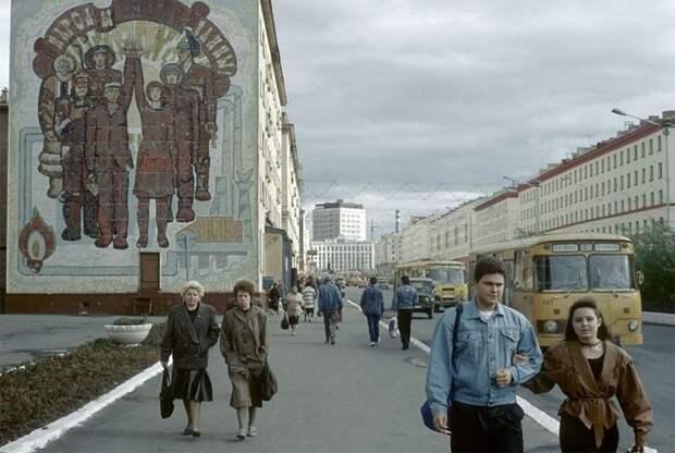 Норильск, на одной из улиц города, 1993 г. 90-е годы, 90-е годы. жизнь, СССР, жизнь в 90-е, ностальгия, старые снимки, фотографии россии, фоторепортаж