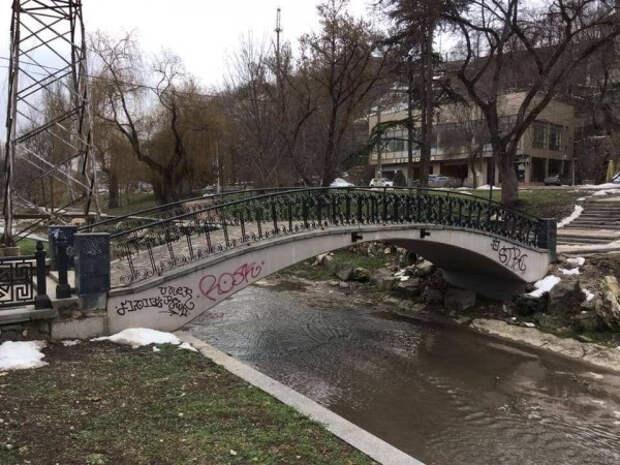 Вандалы испохабили отреставрированную набережную в Симферополе и Таврическую лестницу в центре Севастополя