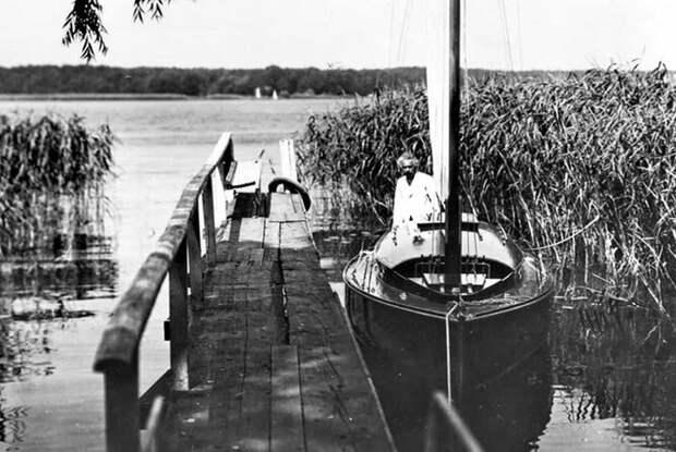 Набелоснежной яхте: 20 винтажных фото Монро, Хепберн идругих звезд вморе