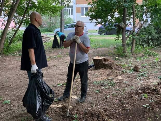Жители Октябрьского района Ижевска провели субботник на улице Нижней