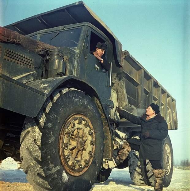 Постановочные фото «счастливой советской жизни».