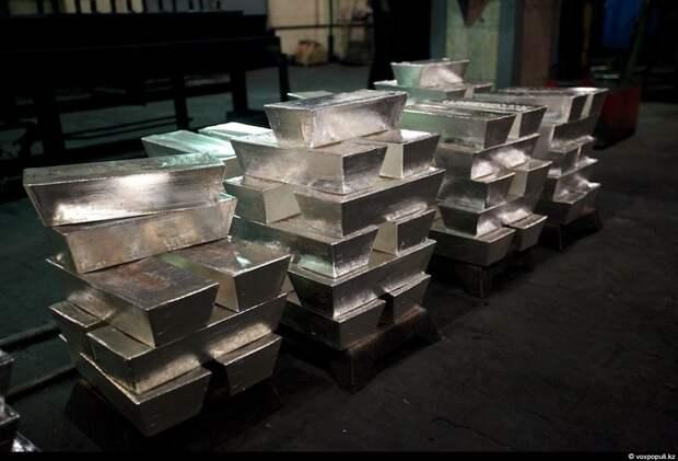 Слитки серебра. Информация о том, сколько в год производит завод подобных слитков – коммерческая тайна.