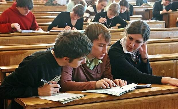 В Челябинске школьники пришли на линейку с плакатами против второй смены