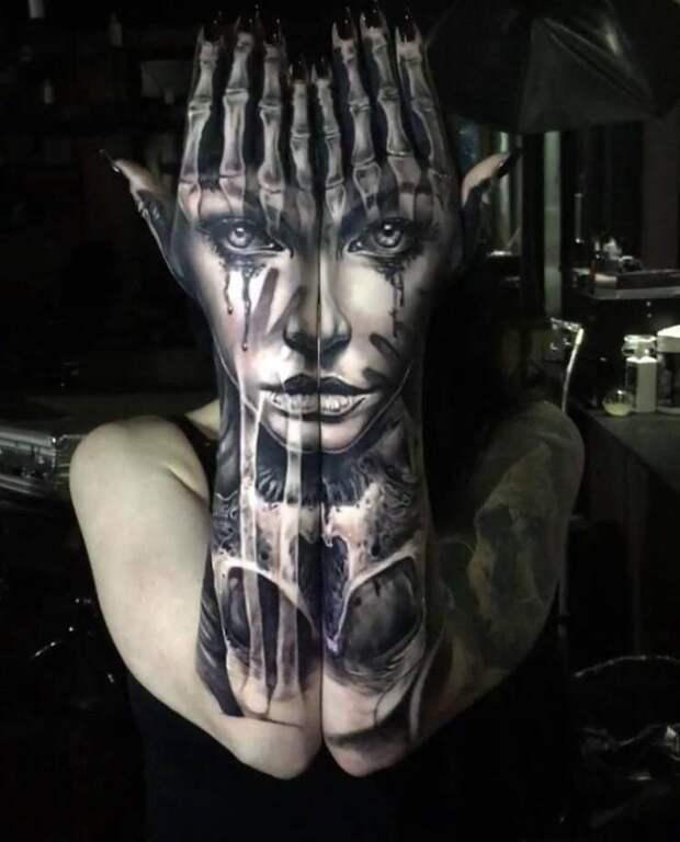 Татуировка лицо на руках