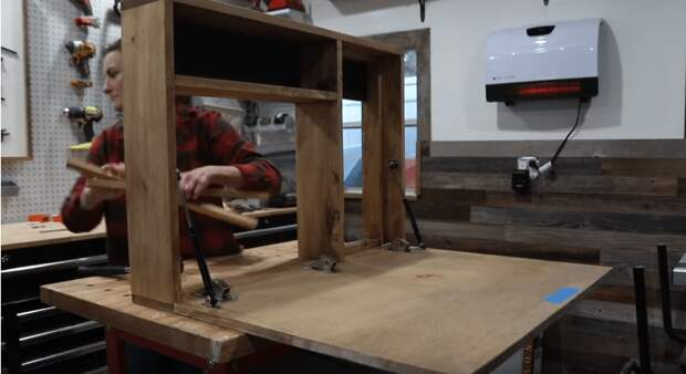 Компактное рабочее место со столом и полками