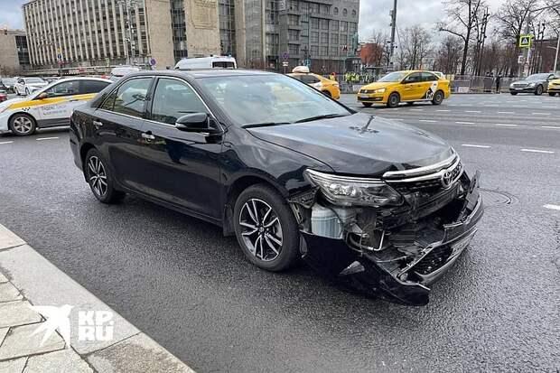 В центре Москвы столкнулись автозак и легковой автомобиль