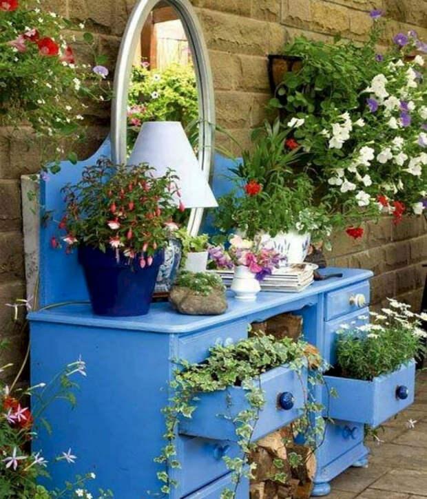 Цветник в старом комоде. | Фото: Pinterest.