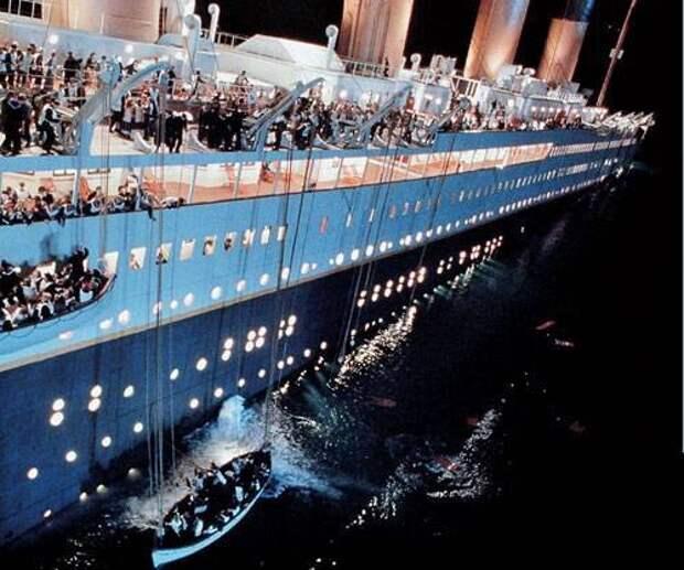 В основу сюжета кинофильма «Титаник», триумфально прошедшего по экранам мира, легла реальная трагедия. Настоящий «Титаник», выйдя 10 апреля 1912 года в свое первое плавание, столкнулся с айсбергом и затонул. Из 2800 человек спаслось менее 700