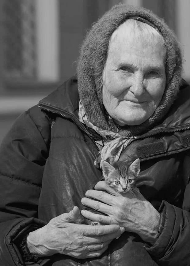 Бабушка с котёнком