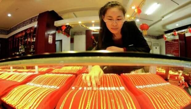 В Китае невеста не смогла ходить из-за веса золотых украшений