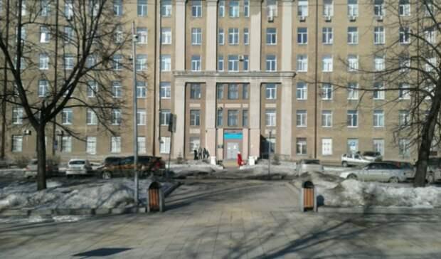 Тагильский водитель «скорой» пожаловался намешающие работе машины у больницы