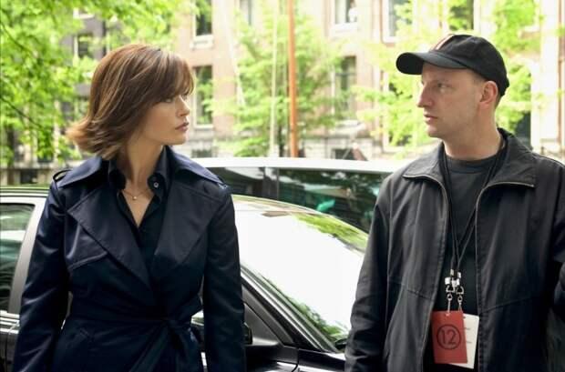 Кэтрин Зета-Джонс и Стивен Содерберг во время съёмок фильма «Двенадцать друзей Оушена». Фото