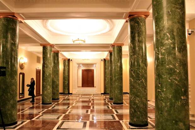парадный вход правого крыла здания МИД