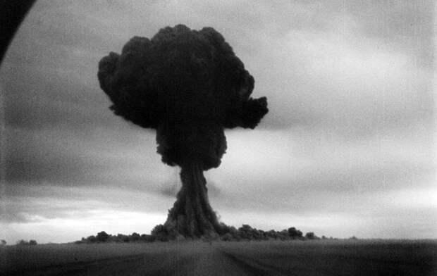 29 августа 1949 года СССР успешно взорвал первую ядерную бомбу