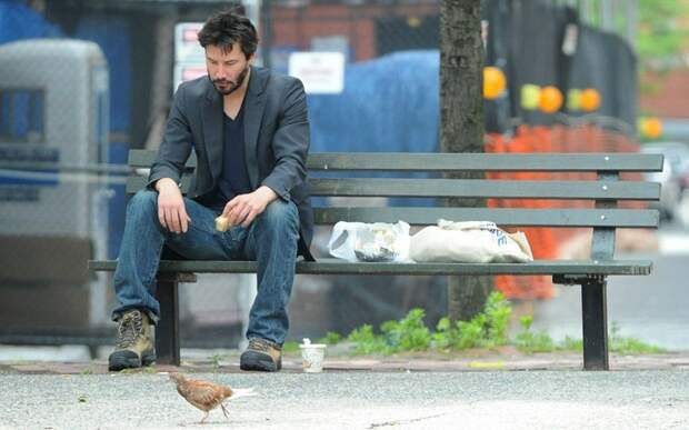 Пьет, общается с бомжами, спит на улице и снова пьет. 15 фото из повседневной жизни Киану Ривза.