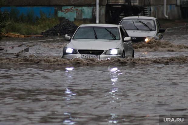 ВЕкатеринбурге тонут машины из-за сильного ливня