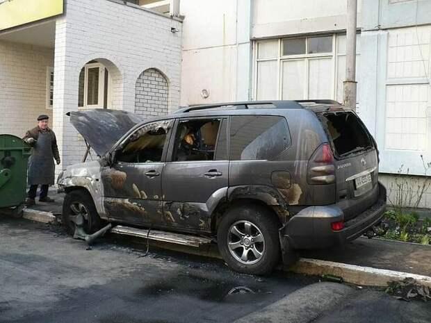 В Красноярске припаркованному на тротуаре автомобилю «прострелили» окна джип, красноярск, окна, припаркован, прострелили, тротуар