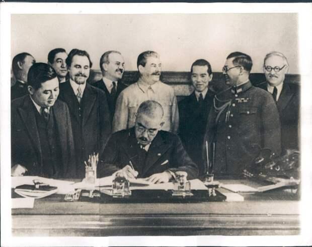 1941. Японский министр подписывает договор с Россией в Кремле