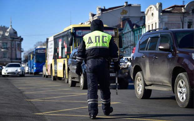 Сотрудники ГИБДД вновь начали выстраивать «живые щиты» из обычных автомобилей