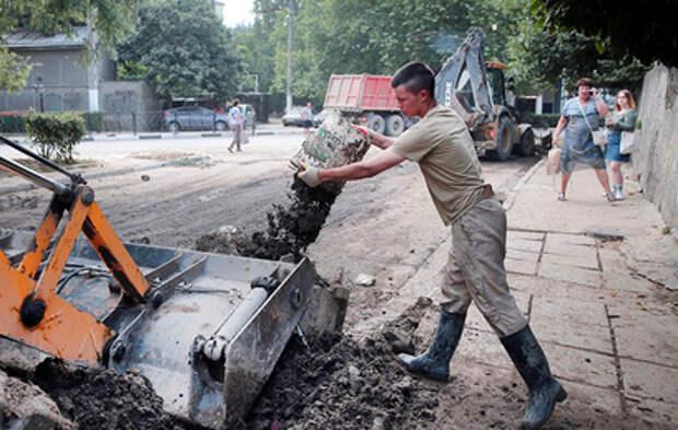 Волонтеры и военные вышли на уборку Ялты после потопа