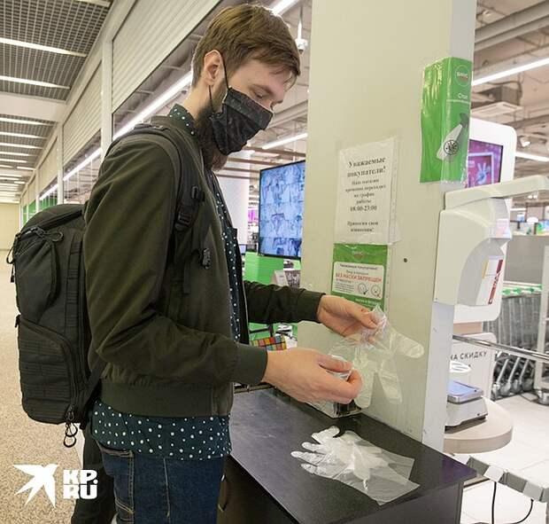 В некоторых столичных супермаркетах перчатками можно разжиться уже на входе. Фото: Андрей АБРАМОВ