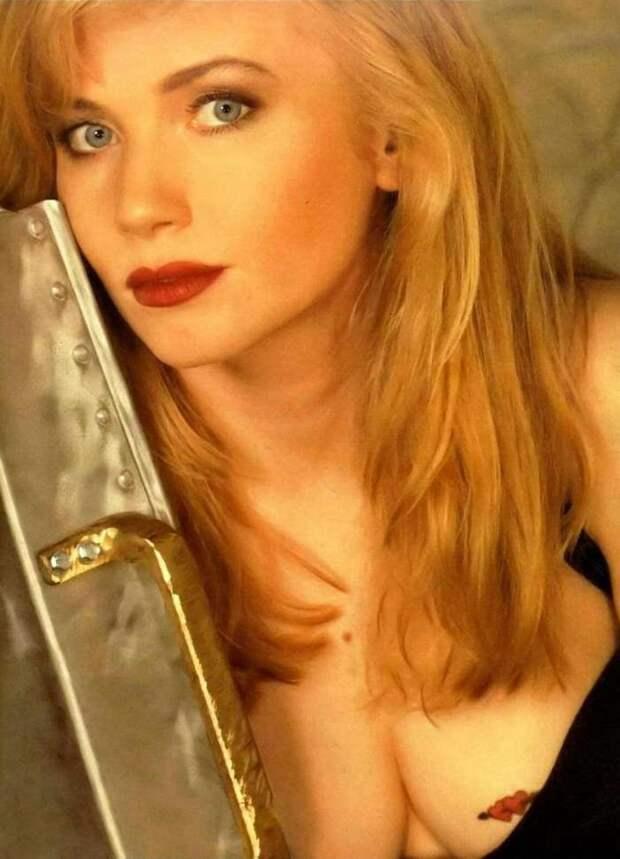 Роковая красотка из фильмов 90-х Ребекка Де Морнэй