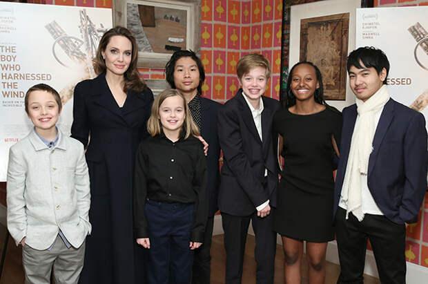 Анджелина Джоли с сыновьями Ноксом, Паксом и Мэддоксом и дочерьми Вивьен, Шайло и Захарой