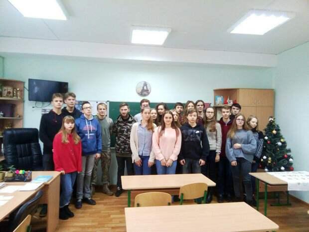 В школе Киева ученики вывесили флаг России – детей теперь кошмарят праворадикалы