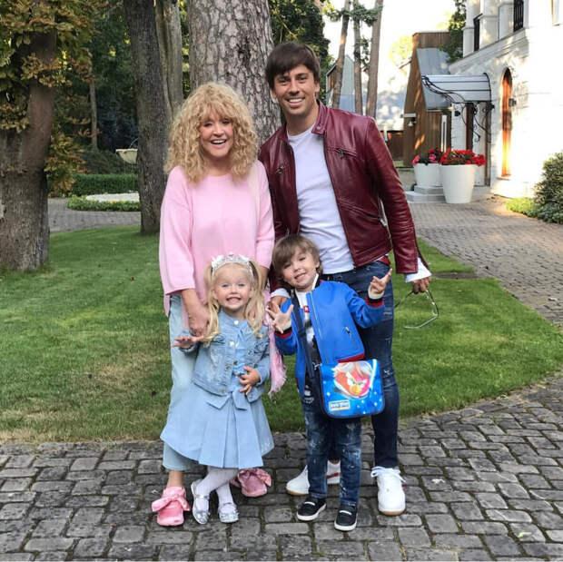 Максим Галкин показал, как его встречают дома дети