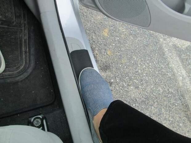 Коврик под дверь помогает дольше поддерживать чистоту в салоне автомобиля. /Фото: i.imgur.comi.imgur.com