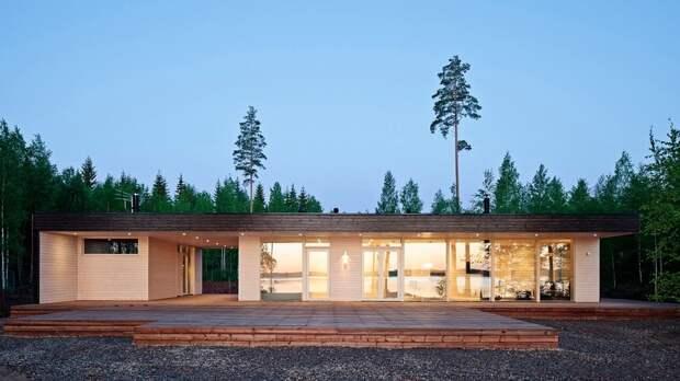 Одноэтажный деревянный дом с отдельно стоящим гаражом, который имеет с домом одну кровлю.