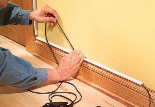Протянутый кабель можно замаскировать молдингами или декоративными элементами / Фото: aqua-rmnt.com