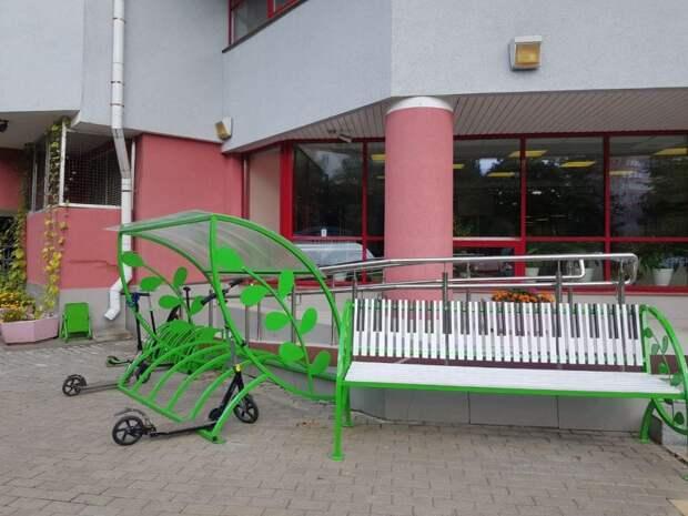 У входа в школу искусств на Абрамцевской появились лавочки и велопарковки с навесом