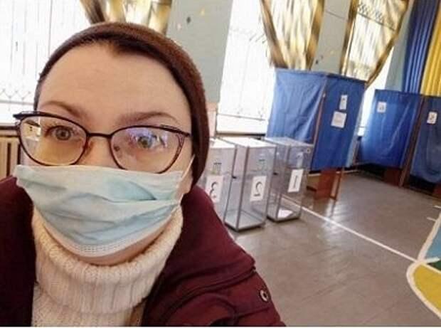 """В Славянске избирателей """"заманивают"""" на участки с помощью нового iPhone 12"""