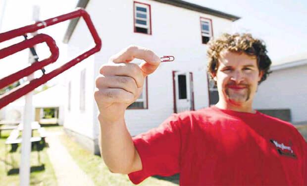 Мужчина решил доказать, что скрепку можно обменять на дом и уже через год переехал в новое жилье