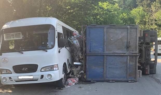 В Сочи грузовик опрокинулся на маршрутку