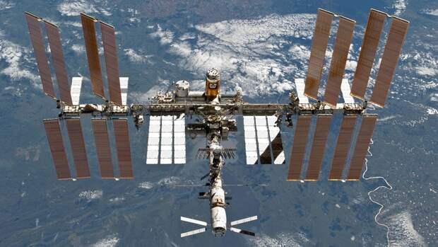 Американские астронавты вышли в открытый космос для установки солнечных панелей