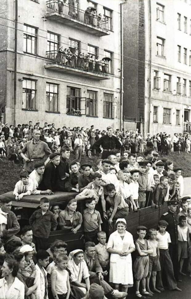 Как вело себя население при прохождении колонн гитлеровских вояк война, история, факты